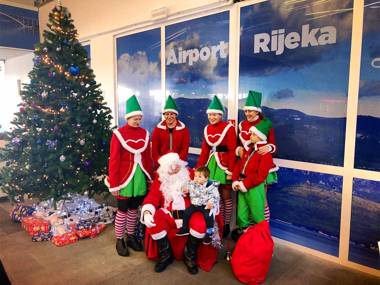 Djed Božićnjak posjetio Zračnu luku RIjeka!