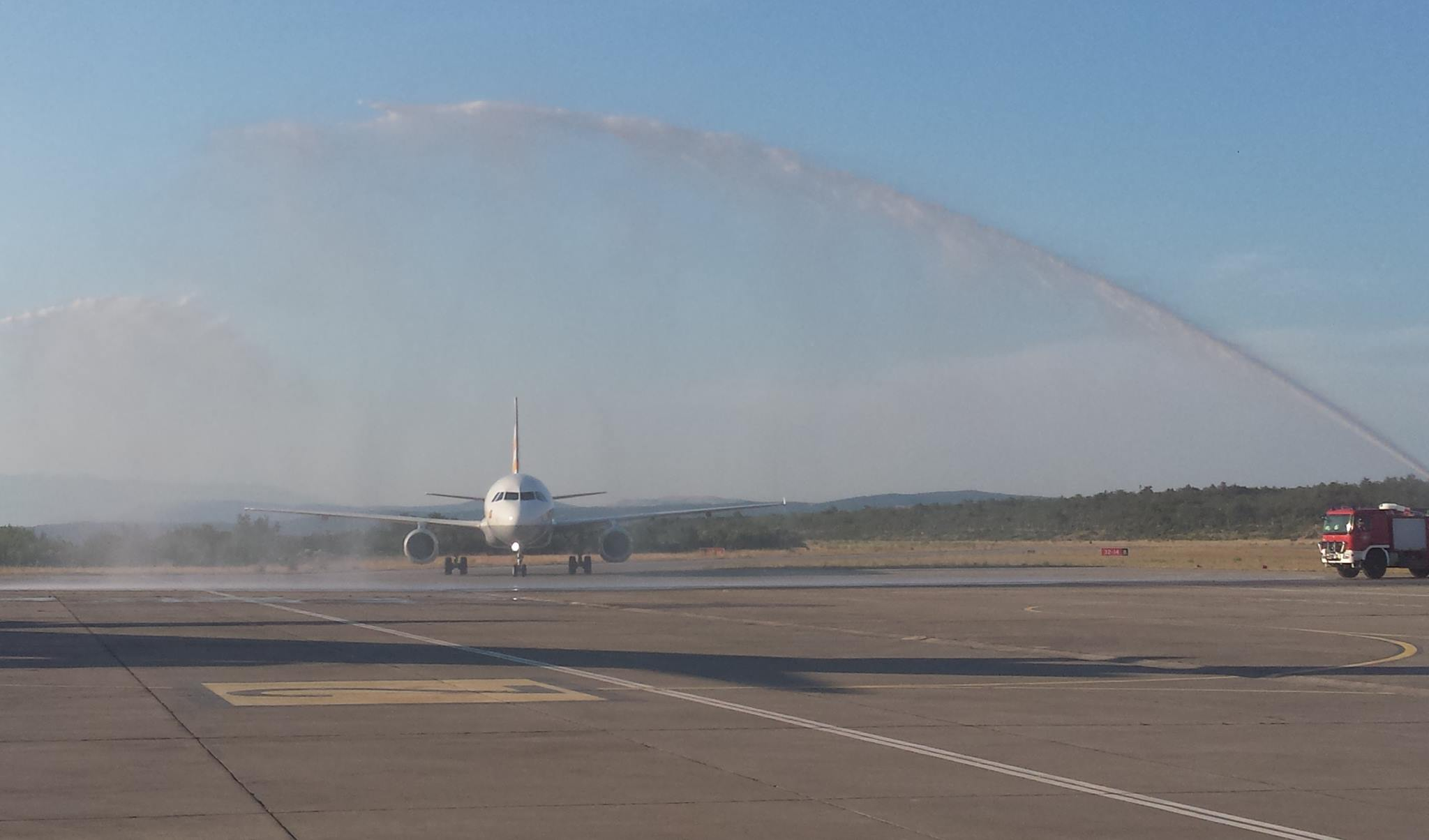 Prvi let iz Hannovera pozdravljen vodenim topom!